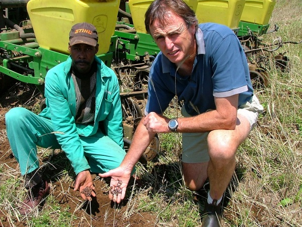 Ren Stubbs, a member of the Karkloof Conservancy, showing the earthworms which is No-Till farmings greatest ally.